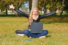 Aufgeregtes Mädchen im Park Lizenzfreie Stockfotografie