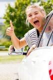 Aufgeregtes Mädchen mit dem Daumen oben Lizenzfreies Stockfoto