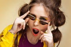 Aufgeregtes Retro- Mädchen lizenzfreies stockfoto