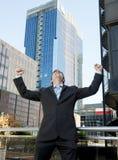 Aufgeregtes und glückliches Handelnarmsiegerzeichen des erfolgreichen Geschäftsmannes Lizenzfreies Stockbild