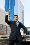 Aufgeregtes und glückliches Handelnarmsiegerzeichen des erfolgreichen Geschäftsmannes Lizenzfreies Stockfoto