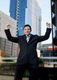 Aufgeregtes und glückliches Handelnarmsiegerzeichen des erfolgreichen Geschäftsmannes Stockfotografie