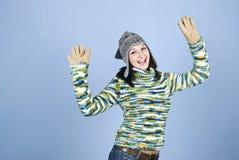Aufgeregtes Wintermädchen mit den Armen angehoben Lizenzfreies Stockfoto