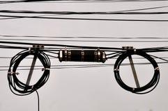 Aufgerollte Telefondrähte und Anschlusskasten lizenzfreie stockbilder