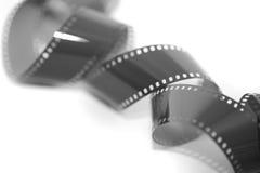 Aufgerollter herausgestellter 35 Millimeter-Filmstreifen Stockfoto