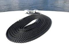 Aufgerolltes Seil auf einem Boot lizenzfreies stockbild