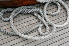 Aufgerolltes Seil auf einer hölzernen Plattform stockfotos
