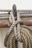 Aufgerolltes Seil, das an einem Stift hängt Stockbilder