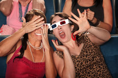 Aufgerüttelte Frauen im Theater Stockbild
