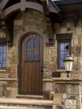Aufgerundete hölzerne Tür in der willkommenen Wachstube Lizenzfreies Stockfoto