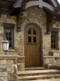 Aufgerundete hölzerne Tür im willkommenen Abdeckunghaus Stockbilder