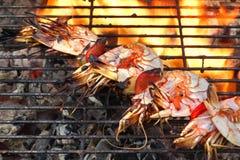 Aufgespießte große Garnelen auf dem heißen BBQ-Grill Stockfotos