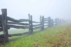 Aufgeteilte Schienen-Zaun im Nebel Lizenzfreies Stockfoto