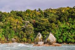 Aufgeteilter Apfelfelsen in Abel Tasman National Park, Neuseeland Lizenzfreie Stockfotografie