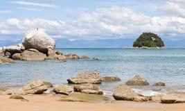 Aufgeteilter Apple-Felsen-Strand stockbild