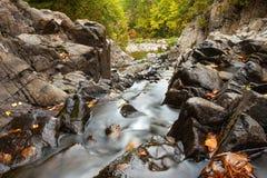 Aufgeteilter Felsen fällt in Herbst Lizenzfreie Stockfotografie
