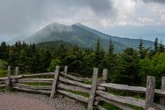Aufgeteilter Lattenzaun und nebeliger Mt Craig stockfotos