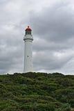 Aufgeteilter Punkt-Leuchtturm an Aireys-Einlass weg von der großen Ozean-Straße unter bewölktem stürmischem cloudscape im Zustand Lizenzfreie Stockfotos