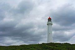 Aufgeteilter Punkt-Leuchtturm an Aireys-Einlass weg von der großen Ozean-Straße unter bewölktem stürmischem cloudscape im Zustand Stockbild
