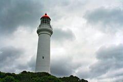 Aufgeteilter Punkt-Leuchtturm an Aireys-Einlass weg von der großen Ozean-Straße unter bewölktem stürmischem cloudscape im Zustand Stockfoto