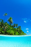 Aufgeteilter Schuß von tropischer Insel Stockfotografie