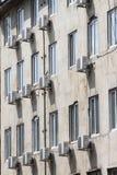 Aufgeteiltes System der Abbildung Klimaanlage außerhalb des Gebäudes über Straße Klimaanlagen tropfen in die Straße und in den Bü Stockfotos