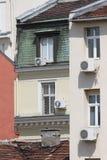 Aufgeteiltes System der Abbildung Klimaanlage außerhalb des Gebäudes über Straße Klimaanlagen tropfen in die Straße und in den Bü Lizenzfreie Stockfotografie