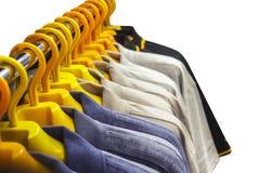 Aufhänger mit der Kleidung der Männer Lizenzfreies Stockbild