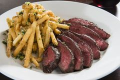 Aufhänger-Steak mit Pommes-Frites lizenzfreies stockbild