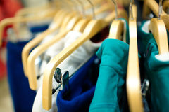 Aufhängungen im Bekleidungsgeschäft. Stockfotografie