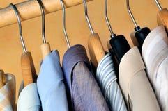Aufhängungen mit Hemden Lizenzfreie Stockfotos