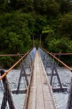 Aufhebung-Brücke über Fluss Stockfotografie