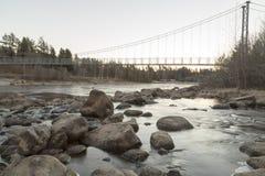 Aufhebung-Brücke über Fluss stockbild