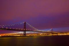 Aufhebung-Brücke 25 deabril in Lissabon am Sonnenuntergang Lizenzfreie Stockbilder