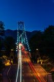 Aufhebung-Brücke nachts Stockbilder