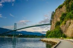 Aufhebung-Brücke am Sonnenuntergang Stockfotos