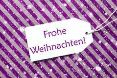 Aufkleber auf purpurrotem Papier, Schneeflocken, Frohe Weihnachten bedeutet frohe Weihnachten Lizenzfreies Stockfoto