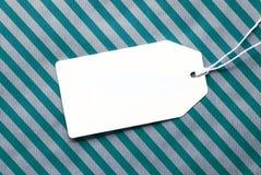 Aufkleber auf Türkis-Packpapier und Kopien-Raum Lizenzfreies Stockbild