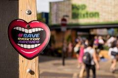 Aufkleber in Brixton, das einen Mund mit einer Herzform darstellt Stockbilder