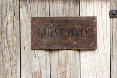 Aufkleber des Gastes nur auf Holz Lizenzfreies Stockbild