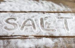 Aufkleber lieben, verbinden, lieben, Verhältnis, Zucker, Salz, Bitterkeit auf dem Hintergrund der Bretter der Hintergrund des Sch Stockbild