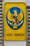 Aufkleber mit dem Wappen von Indonesien auf den Toren der Botschaft Stockfotos