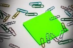 Aufkleber mit klebender Basis und kleinen mehrfarbigen Papierklammern Stockfoto