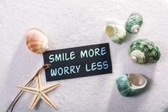 Aufkleber mit Lächeln mehr Sorge weniger lizenzfreie stockfotografie