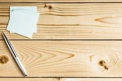 Aufkleber mit Metallstift auf einem Holztisch Lizenzfreie Stockfotografie