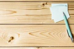 Aufkleber mit Metallstift auf einem Holztisch Stockfoto