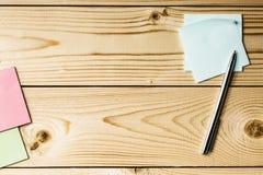 Aufkleber mit Metallstift auf einem Holztisch Stockfotos