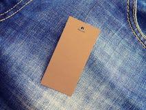 Aufkleber-Preismodell auf Blue Jeans vom Recyclingpapier Stockfoto