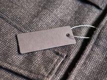Aufkleber-Preismodell auf braunem Mantel Stockfotos