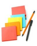 Aufkleber und Bleistifte lokalisiert auf einem Weiß Lizenzfreies Stockbild